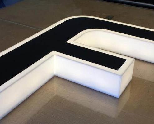 Leuchtbuchstabe hergestellt von Schickerei Werbetechnik
