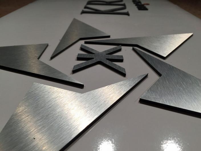 Edelstahl-Buchstaben, hergestellt von Schickerei Werbetechnik