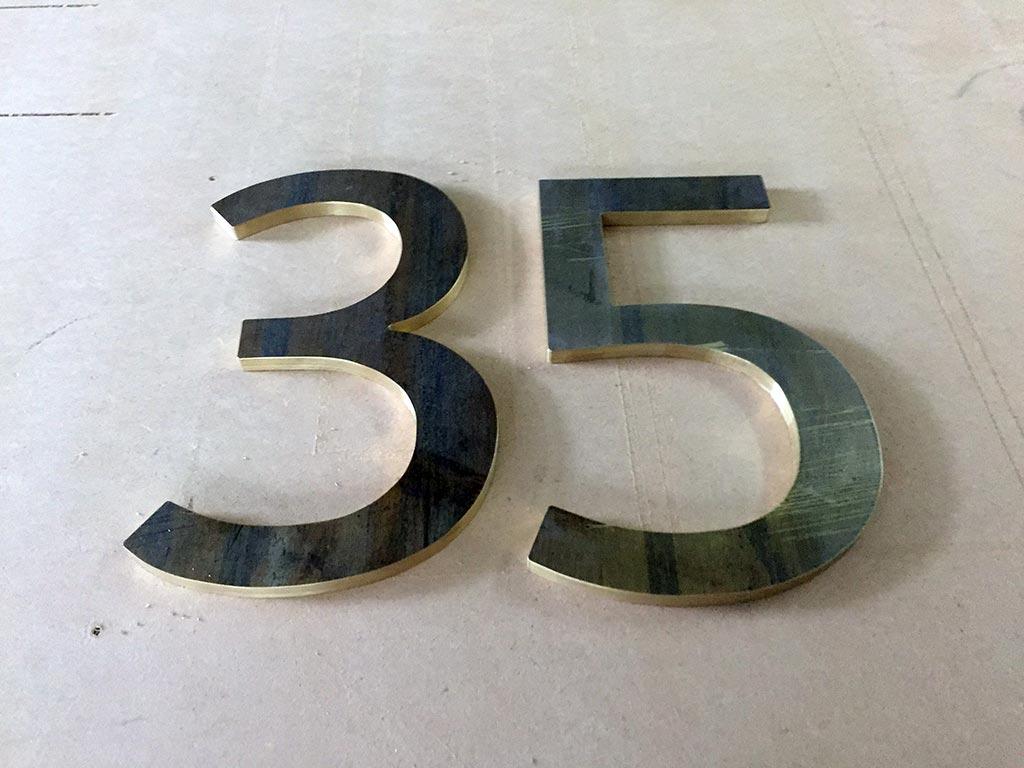 Frästeile und Gravuren, Messingzahlen, hergestellt von Schickerei Werbetechnik