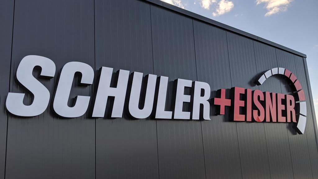 Hallenbeschriftung mit Leuchtbuchstaben, Anlage Schuler+Eisner SEAT Autohaus in Werneck