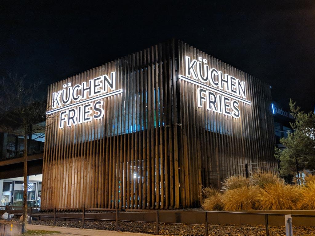 Schickerei - Leuchtbuchstaben Acrylglas bei Nacht