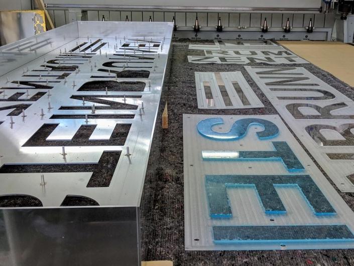 Leuchtbuchstaben dekupiert, hergestellt in der schickerei