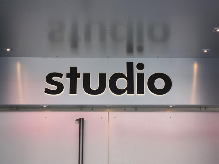 Leuchtbuchstaben dekupiert, Leuchtkasten, hergestellt von Schickerei Werbetechnik