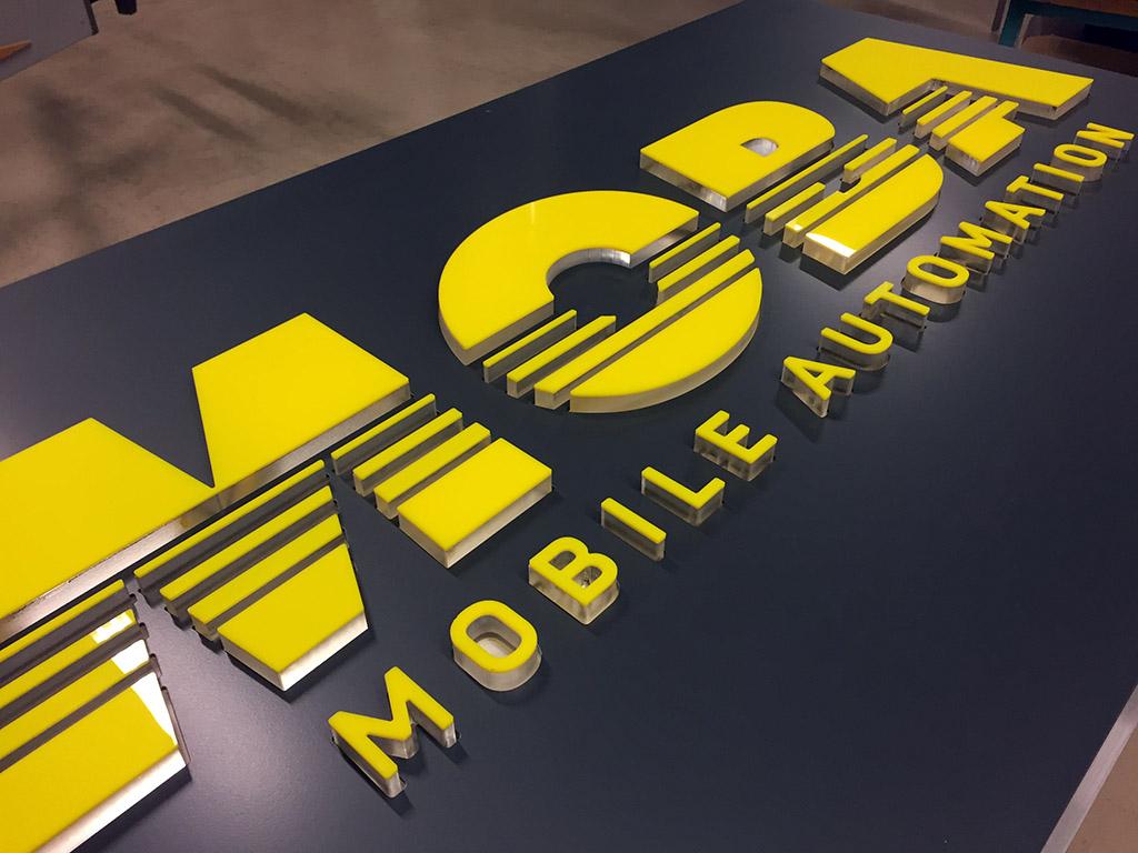 Leuchbuchstaben - durchgesteckt- am Werbepylon - hergestellt von Schickerei Werbetechnik