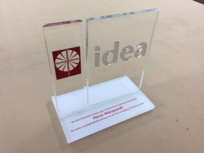 Acrylglas-Aufsteller, hergestellt von Schickerei Werbetechnik